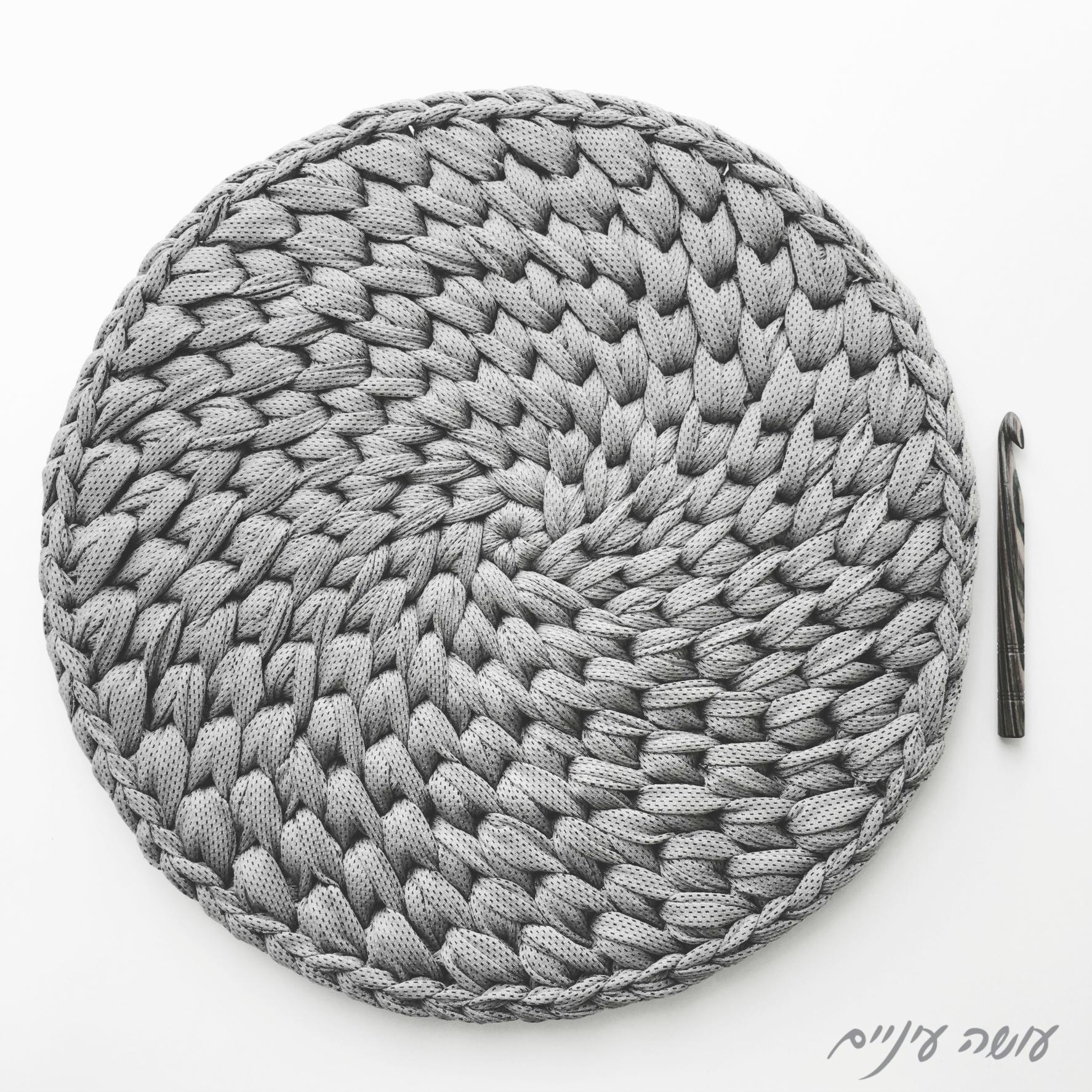 עושה עיניים - שטיח איקסים משודרג מחוטי טריקו, ההתחלה || Osa Einaim - Crochet t-shirt yarn crochet spiral cross stitch rug