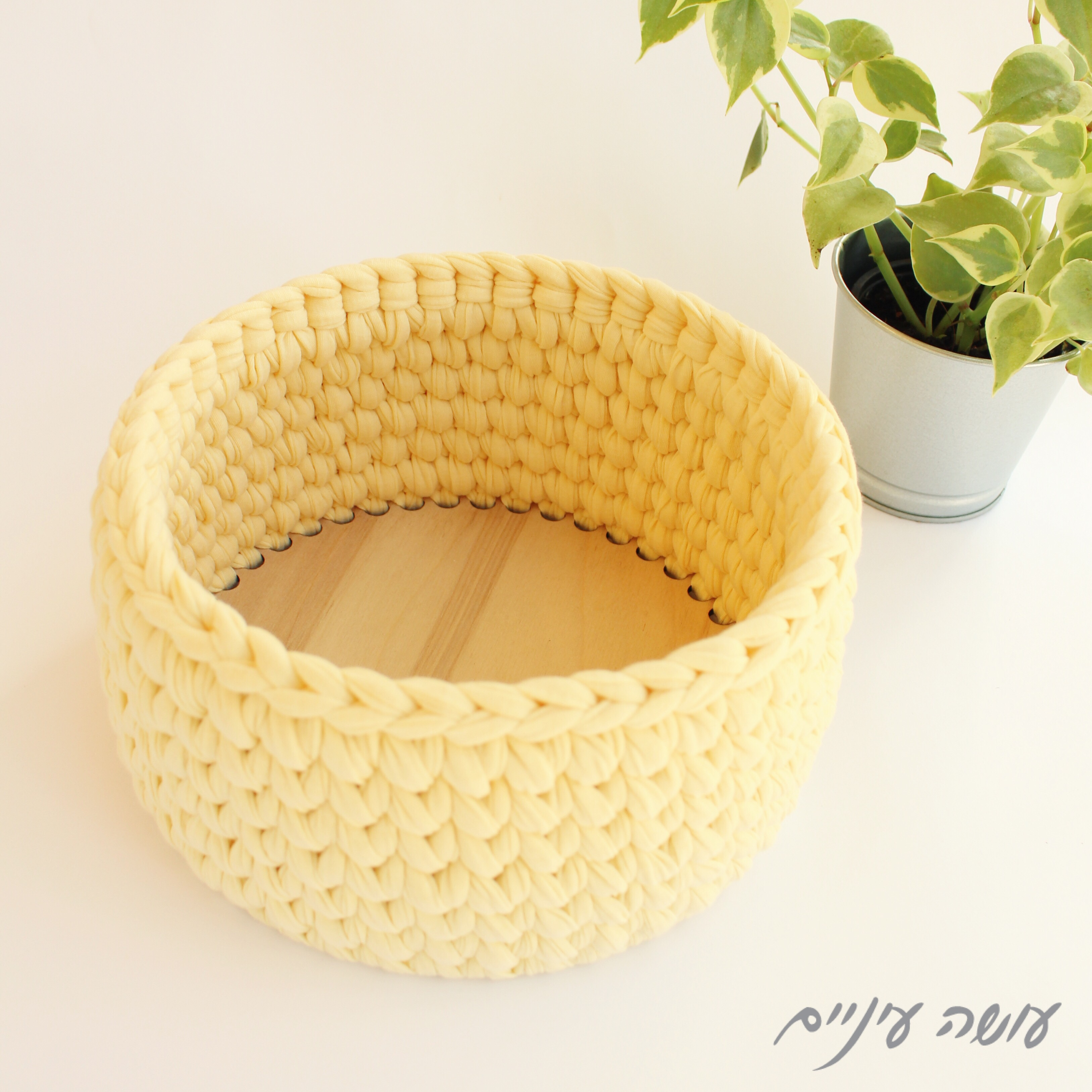 עושה עיניים - איך סורגים סלסלה מחוטי טריקו על תחתית || Osa Einaim - crochet t-shirt yarn basket